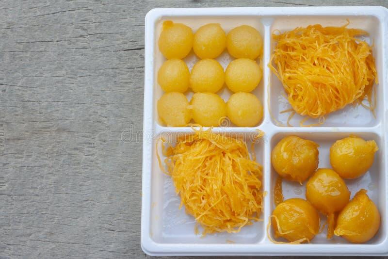 Lanière thaïlandaise Yot, lanière de Foi, Khanun rencontré de dessert dans la boîte en plastique blanche image libre de droits