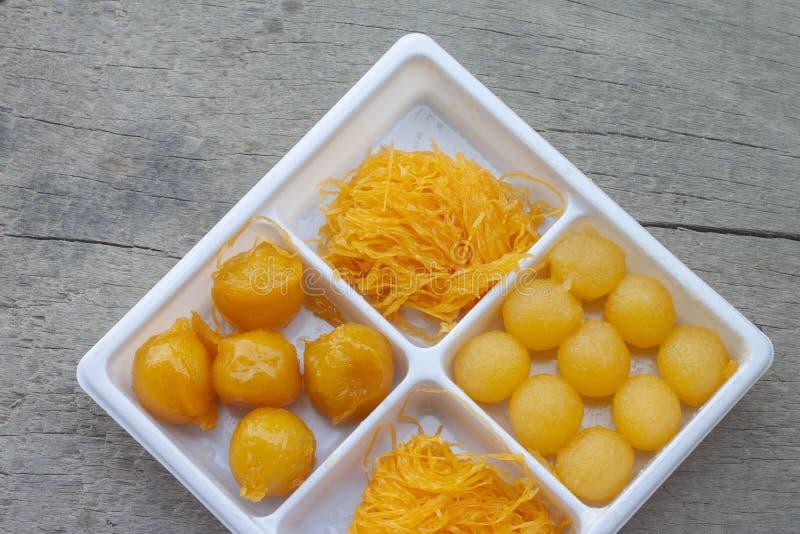 Lanière thaïlandaise Yot, lanière de Foi, Khanun rencontré de dessert dans la boîte en plastique blanche photo libre de droits