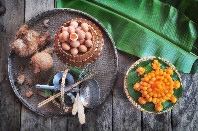 Lanière Yod et Foy Thong et x28 ; Desserts& traditionnel thaïlandais x29 ; avec l'ingrédient et la vaisselle de cuisine photographie stock libre de droits