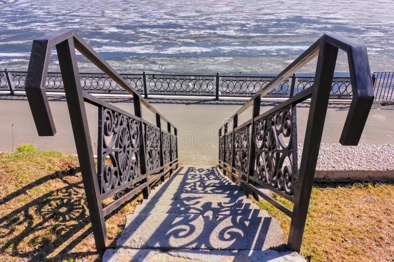 Lani żelazni dokonanego żelaza schodki w miasto parku fotografia stock