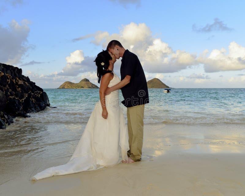Lanikai Hochzeit küssen zuerst lizenzfreie stockfotos