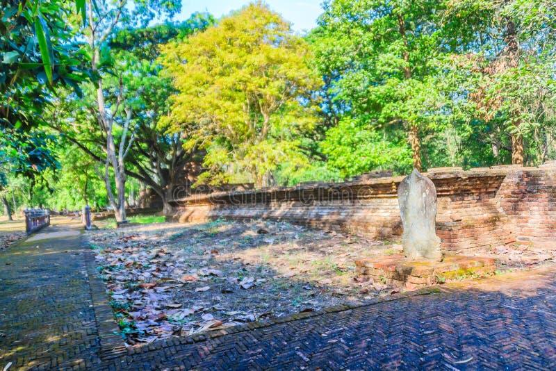 Lanka styl rujnuje pagodę Wata Mahathat świątynia w Muang Kao Dziejowym parku antyczny miasto Phichit, Tajlandia Ten turysta obraz stock