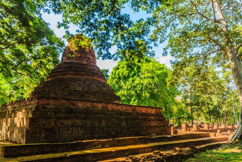 Lanka styl rujnuje pagodę Wata Mahathat świątynia w Muang Kao Dziejowym parku antyczny miasto Phichit, Tajlandia Ten turysta zdjęcia royalty free
