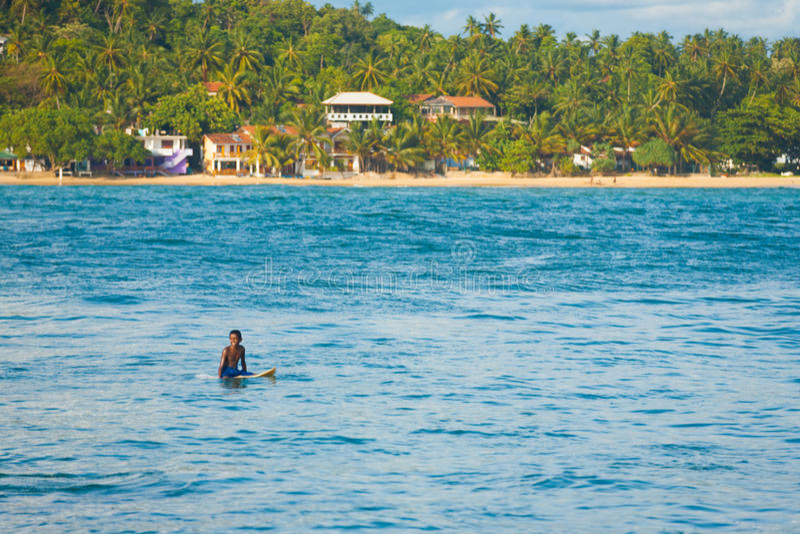 Lankijczyka Surfingowa Obsiadania Spokoju Ocean Unawatuna zdjęcia royalty free