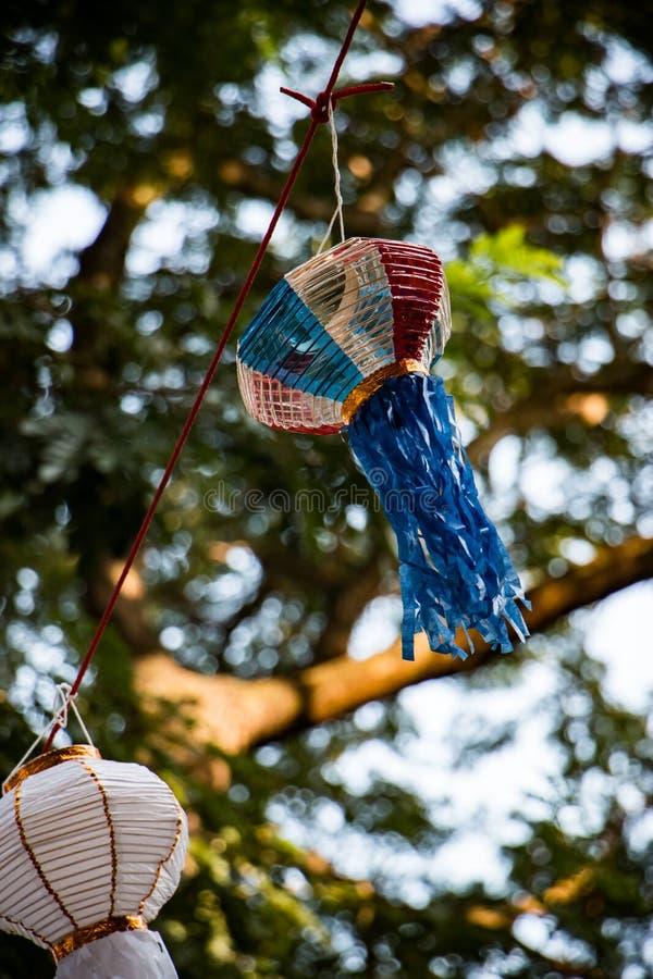 Lanna het traditionele document lamp hangen op de boom stock foto