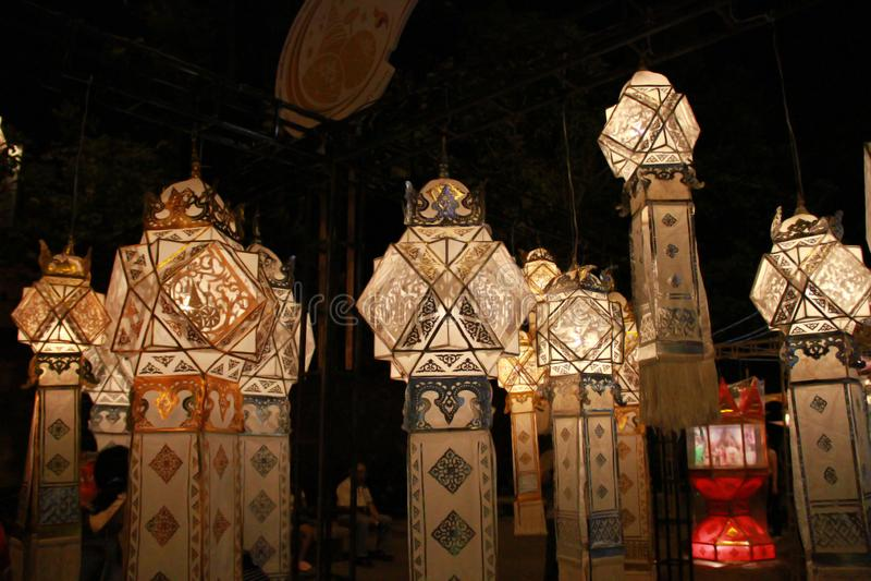 Lanna-Laternenlampe in Loy Kratong Festival oder im Anruf Yee Peng Festival an Nord von Thailand lizenzfreies stockfoto
