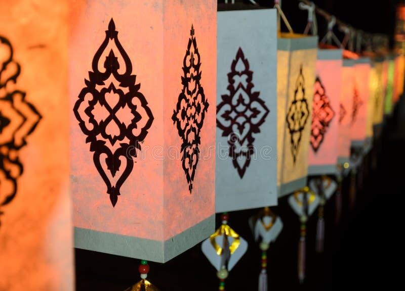 Lannadocument lantaarn bij nacht wordt verlicht die stock foto's