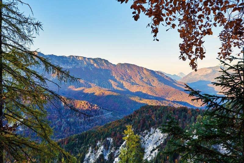 Lanscape захода солнца осени в австрийце Альпах с горами и зоной Salzkammergut леса стоковые изображения