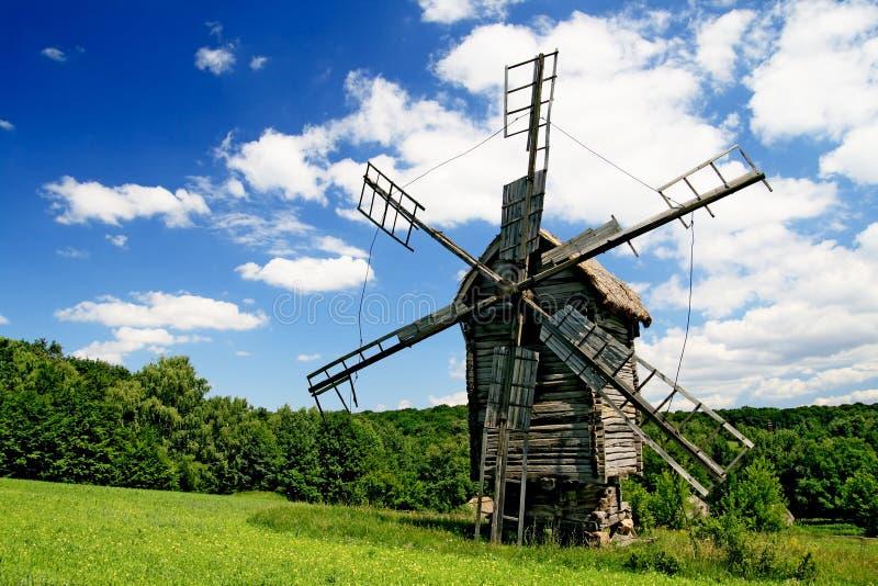 Lanscape con un mulino a vento fotografia stock