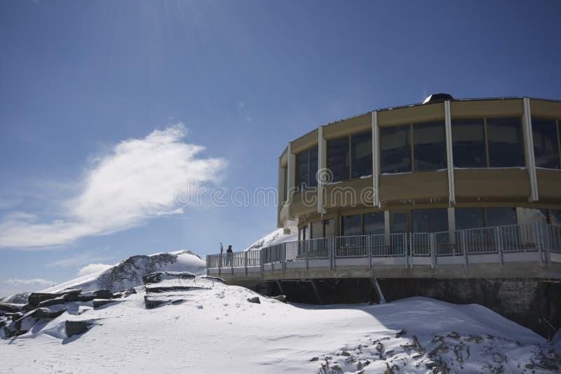 Lanscape da montanha com edifício interessante fotografia de stock royalty free