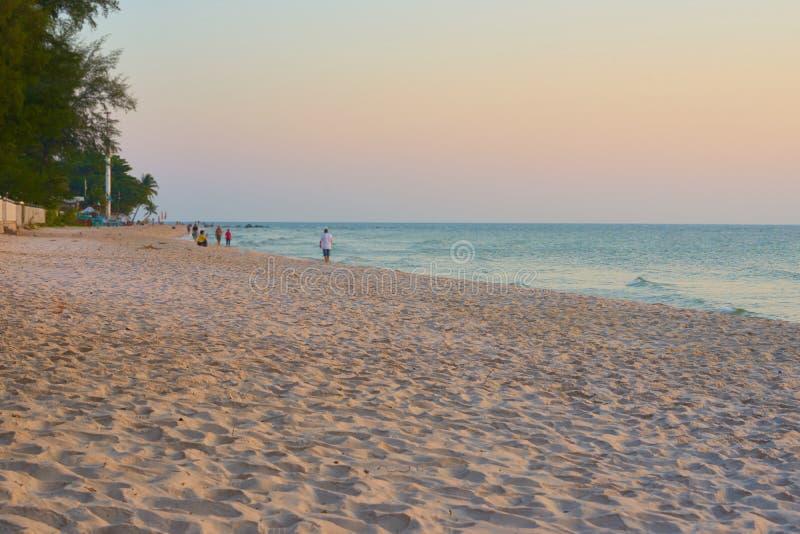 Lanscape de la gente de la arena y de la falta de definición de la playa con el fondo del cielo foto de archivo