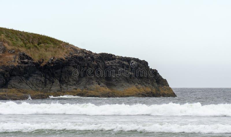 Lanscape minimalistic de la costa costa rocosa del Océano Pacífico agitado imágenes de archivo libres de regalías
