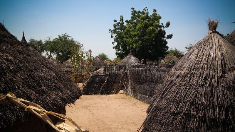 Lanscape mit Mataya-Dorf von Sara-Stammleuten, Guera, Tschad stockbild