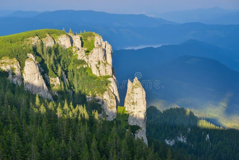 Lanscape rochoso em montanhas de Ceahlau, Romênia fotografia de stock