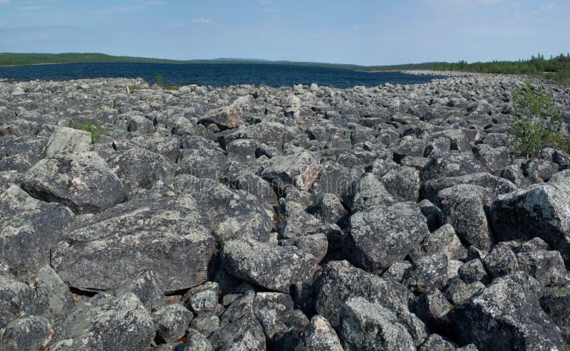 Lanscape rocoso salvaje a lo largo del río de Utsjoki en Laponia imagen de archivo