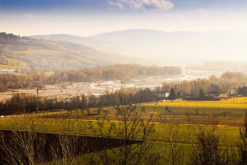 Lanscape scénique avec des collines au coucher du soleil image libre de droits