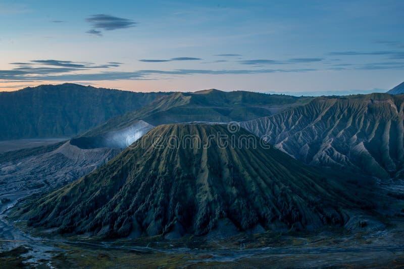Lanscape sikt av gunungbatok på nationalparken för bromotenggersemeru som tas från punkt för förälskelsekullesoluppgång arkivbilder