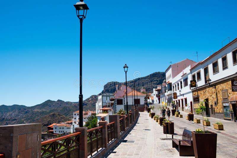 Lanscapemening van straat in kleine Spaanse stad van Tejeda in het eiland van Gran Canaria op bergvallei op de zomerdag met menin royalty-vrije stock foto