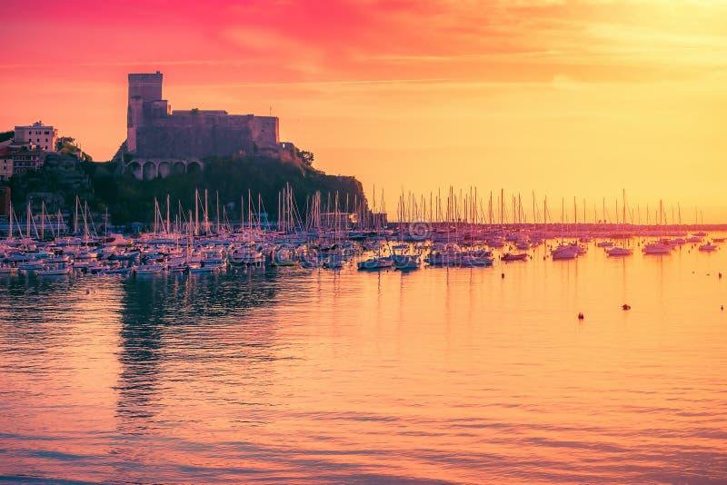 Lansdscape con el mar y el castillo en la puesta del sol en Lerici, Liguria, Italia imagen de archivo libre de regalías
