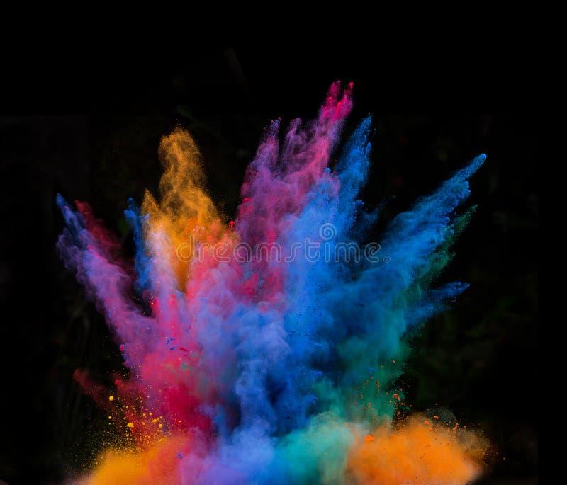 Lanserat färgrikt pulver över svart royaltyfri bild