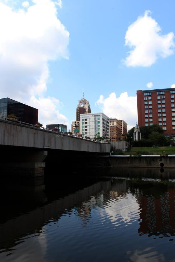 Lansing Skyline no rio grande foto de stock royalty free