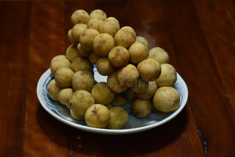 Lansium Longkong lub domesticum jesteśmy Tajlandzkimi tropikalnymi owoc zdjęcia stock