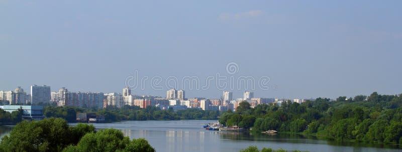 Lansscape urbano com rio imagem de stock royalty free
