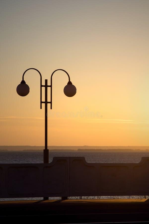 Lantaarn bij zonsondergang bij de post royalty-vrije stock foto's