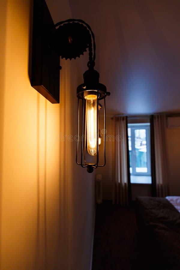 Lantaarn in binnenland Uitstekende lamp tegen venster, aanstekend decor royalty-vrije stock afbeeldingen