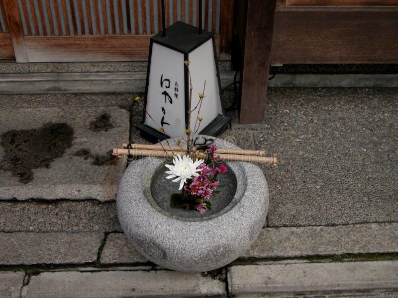 Lantaarn en bloemen stock foto