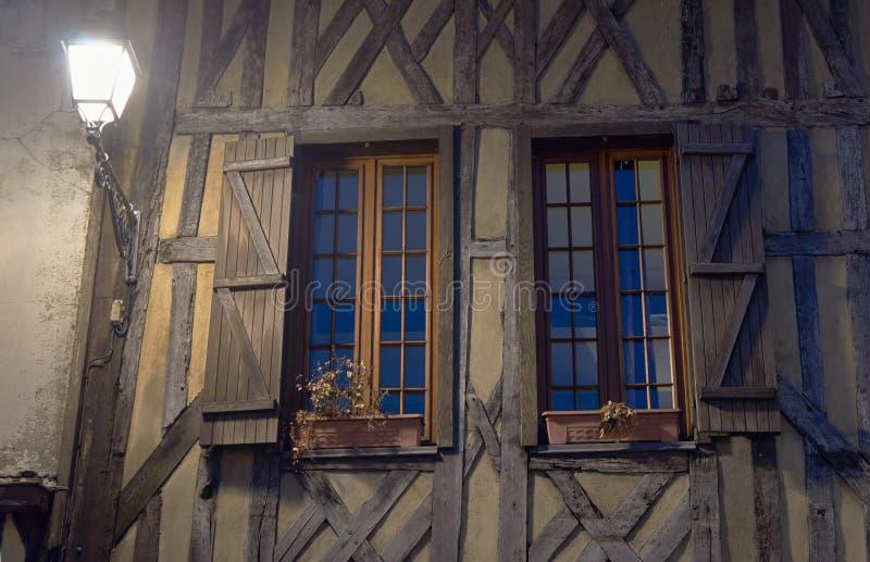 Lantaarn en hout-ontworpen de bouwvensters bij nacht royalty-vrije stock afbeelding