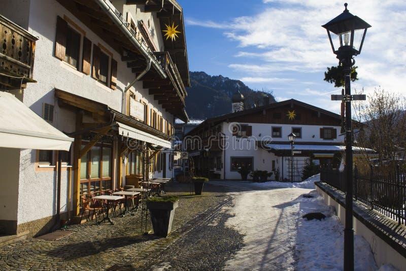 Lantaarn en traditionele Duitse huizen in alpines in de winter stock foto