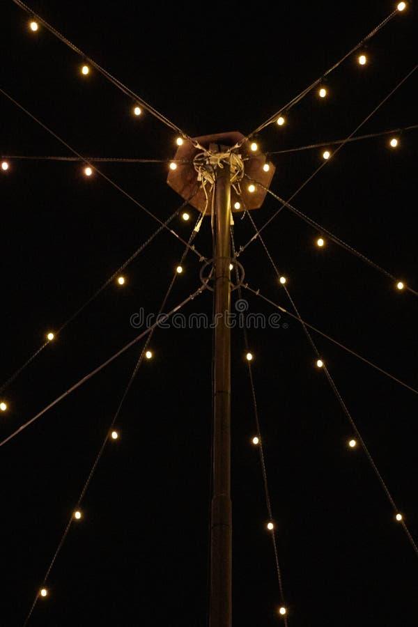Lantaarn met ketting van lichten wordt verfraaid dat royalty-vrije stock afbeelding