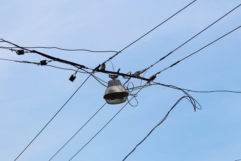 Lantaarn om de stadsstraten te verlichten Van het draden elektronetwerk Engelse hemel en wolken als achtergrond De stad van de av stock afbeeldingen