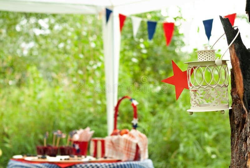Lantaarn op een boom tijdens een picknick royalty-vrije stock foto