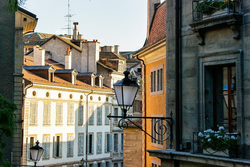 Lantaarn in straat op oud de stadscentrum van Genève stock afbeeldingen