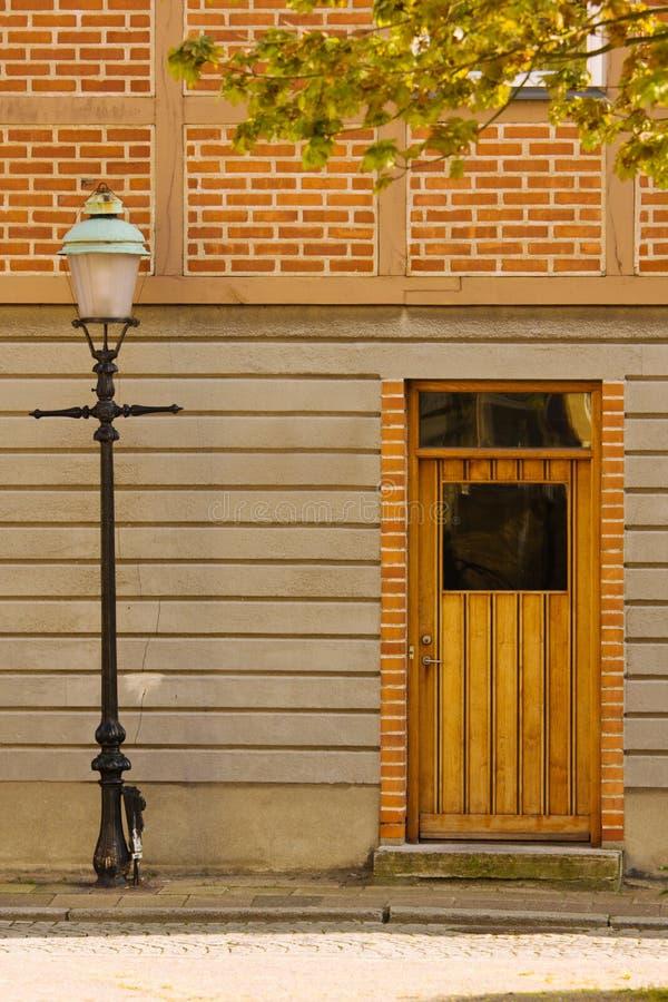 Lantaarnpaal en deur stock afbeelding