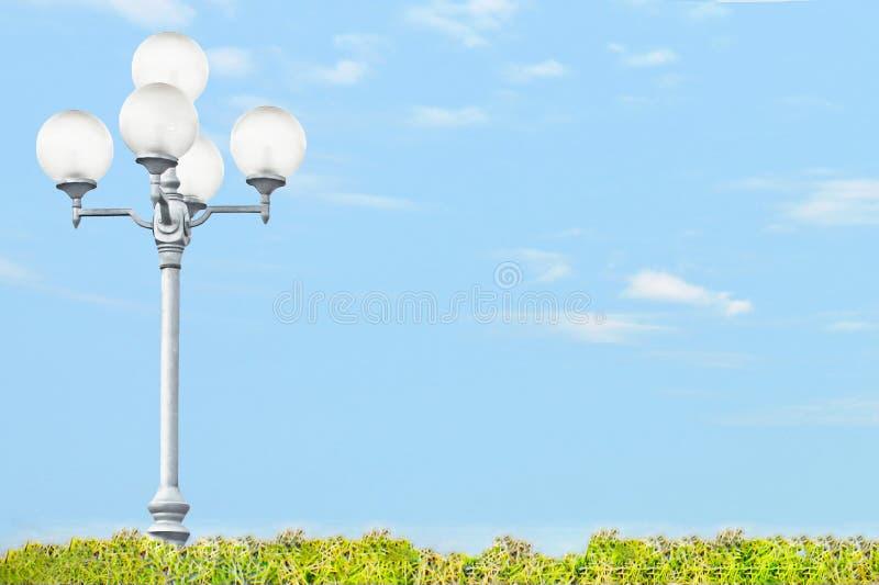 Lantaarnpaal op aardachtergrond royalty-vrije stock afbeeldingen