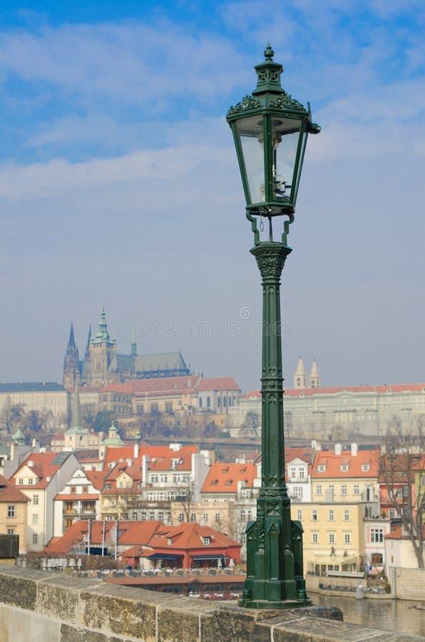 Lantaarnpaal op Charles Bridge, het kasteelmening van Praag royalty-vrije stock foto's
