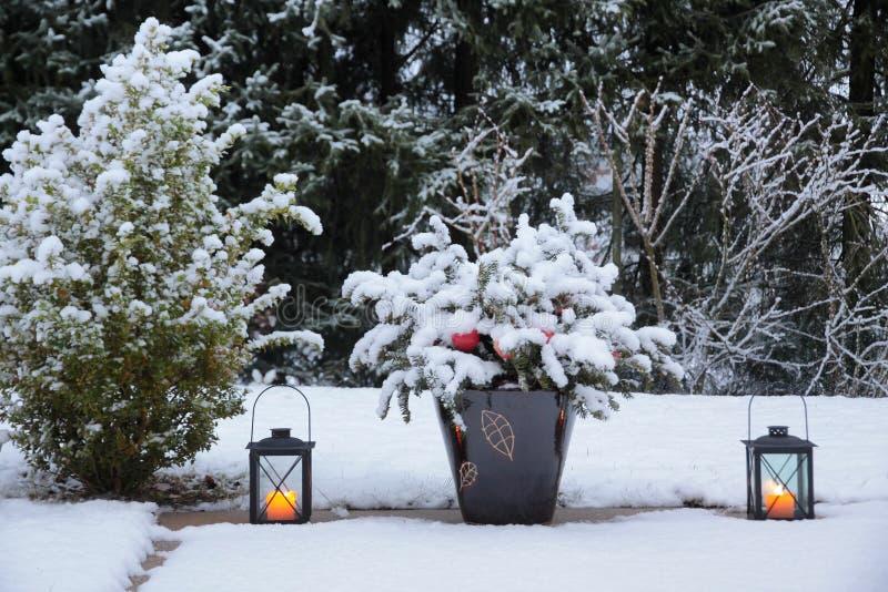 Lantaarns op het terras in de sneeuw stock afbeelding