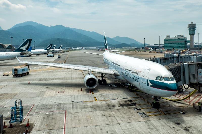 Lantau, Hong Kong - Augustus 26, 2018: Vliegtuigdok met passagier het inschepen brug van luchthaven stock afbeelding