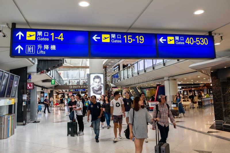 Lantau, Hong Kong - 26 de agosto de 2018: Os passageiros levam a bagagem em Hong Kong fotografia de stock royalty free