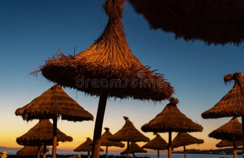 Lanterfanters bij zonsondergang op een tropisch strand royalty-vrije stock fotografie