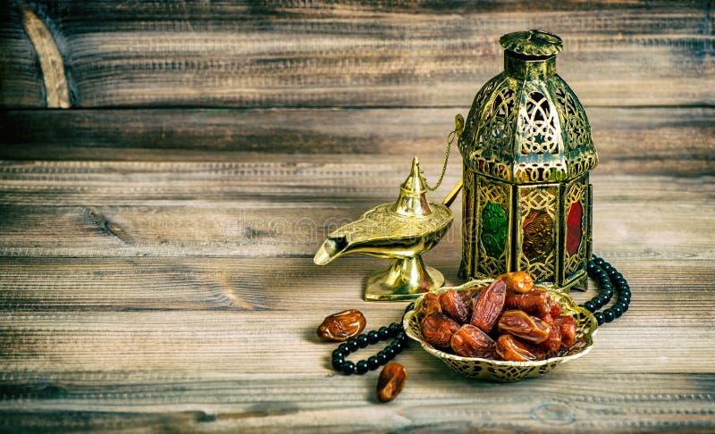 A lanterna árabe data o rosário Vintage islâmico dos feriados tonificado fotografia de stock royalty free