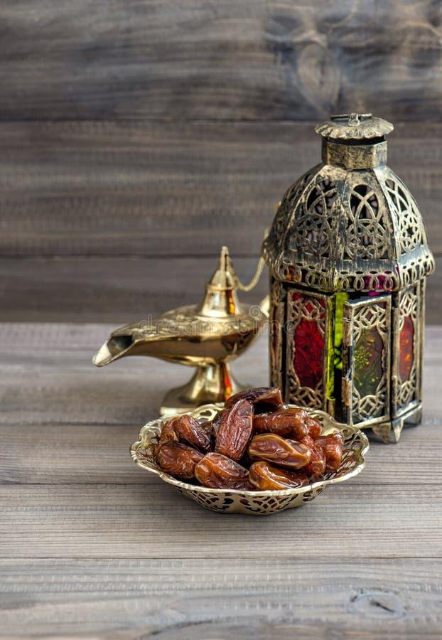 Lanterna árabe, lâmpada dourada, frutos Ramadan Kareem imagem de stock