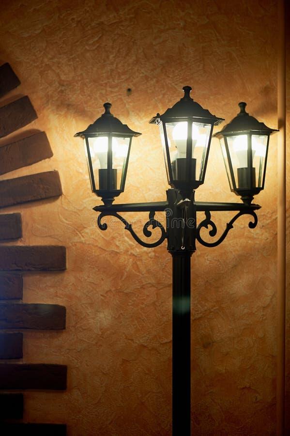 Lanterna all'interno nell'interno Stile francese forging immagine stock