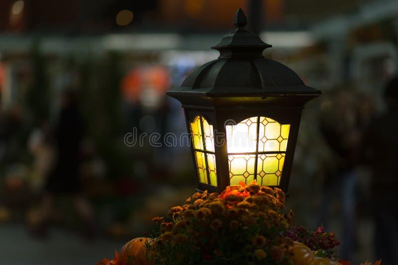 A lanterna amarela do close-up incandesce amarela Iluminação de rua Criando a lâmpada brilhante romance acolhedor com o copyspace foto de stock