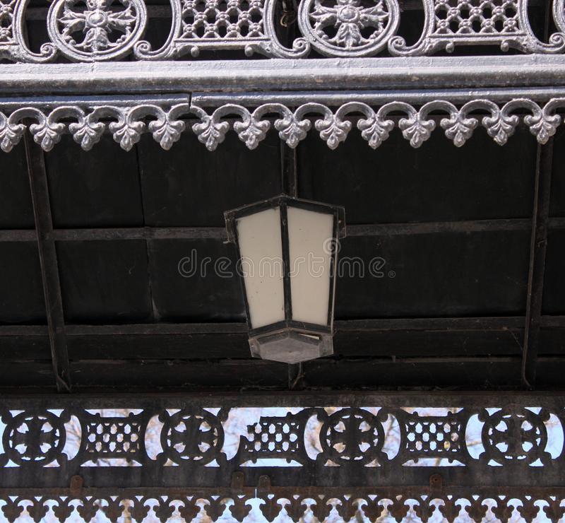 Lanterna antica, portico, metallo, pizzo, pezzo fucinato, nero fotografie stock