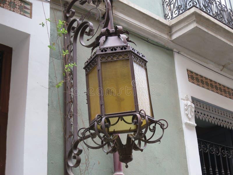 Lanterna antiga que pendura em uma parede pintada verde foto de stock royalty free