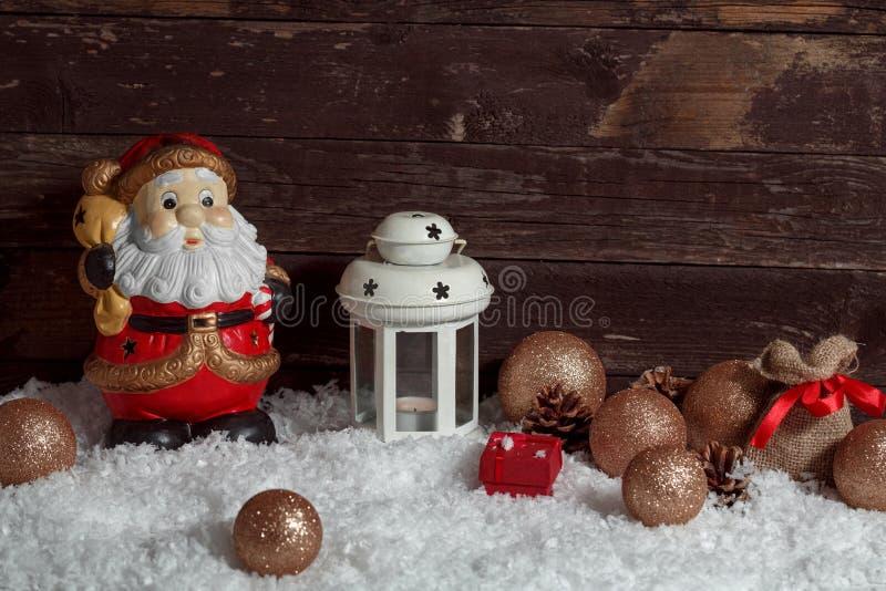 Lanterna branca da vela de Santa Claus na decoração do Natal da neve imagens de stock